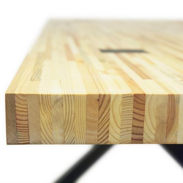 Able Geperst Pallet is een tafel vanTolhuijs Design met een houten tafelblad en een metalen onderstel van gerecycled materiaal.