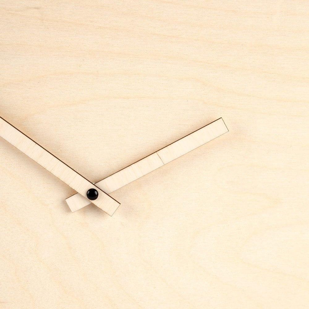 De Mozaïek Klok van CRE8 is een houten, lasergesneden klok. Een pronkstuk door het grote formaat Ø 49cm en de kleurrijke cijfers.