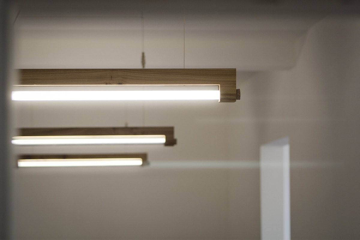 NINEBYFOUR houten TL lamp. DesignLamp gemaakt van Amsterdamse bomen.
