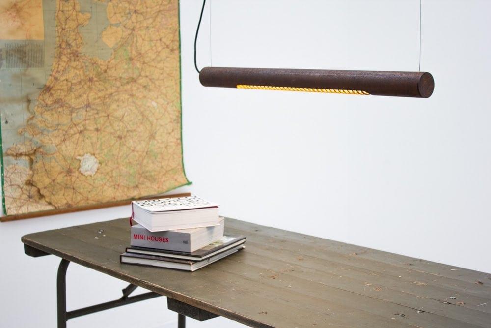 Roest Horizontal 75 is een industriële en duurzame buislamp van Karven bij Studio Perspective.