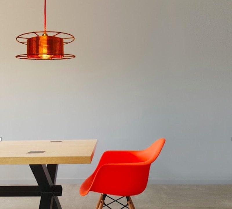 SPOOL DELUXE is een koperen hanglamp van Tolhuijs Design. Deze duurzame designlamp is gemaakt van wastematerial. De spoel was ooit onderdeel van een lasmachine. Als de lasser het lasdraad opmaakt, belandt de spoel bij het afval.