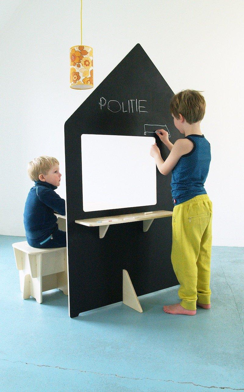 Duurzame kinderkamer met houten speelhuisje.