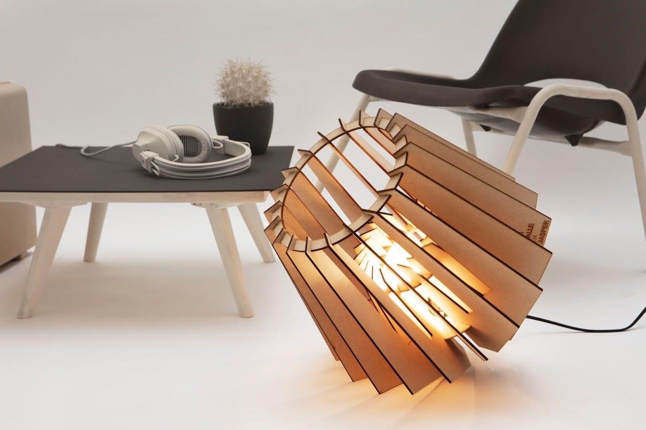De SPOT-NIK Van Tjalle en Jasper is een lasergesneden houten vloerlamp. Betaalbaar Dutch Design bij Studio Perspective.