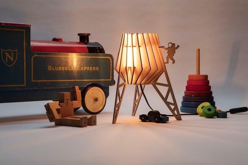 De Spacey-spot Van Tjalle en Jasper is een originele en stoere kinderlamp gemaakt met een lasersnijder bij Studio Perspective.