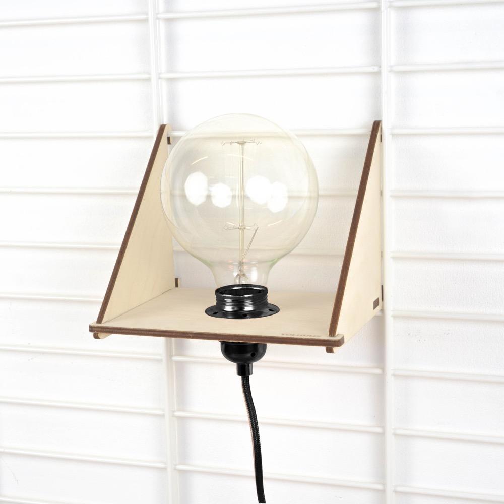 Tolhuijs Wandrek Fency Plank en Lamp is een houten plank met lamp om aan je wandrek te hangen, te koop bij Studio Perspective.