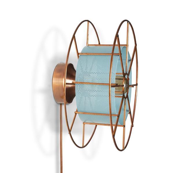 SPOOL WALL BLACK is een koperen wandlamp van Tolhuijs Design. Deze duurzame designlamp is gemaakt van wastematerial.