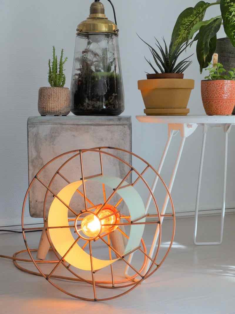 SPOOL FLOOR AMSTERDAM is een koperen designlamp van Tolhuijs Design. Deze duurzame vloerlamp is gemaakt van wastematerial.