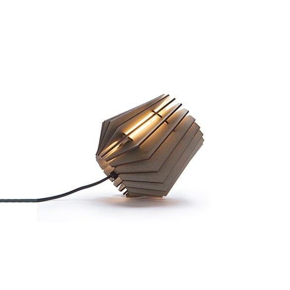 De Mini-spot Soft Grey Van Tjalle en Jasper is een grijs gekleurde, lasergesneden houten designlamp bij Studio Perspective.