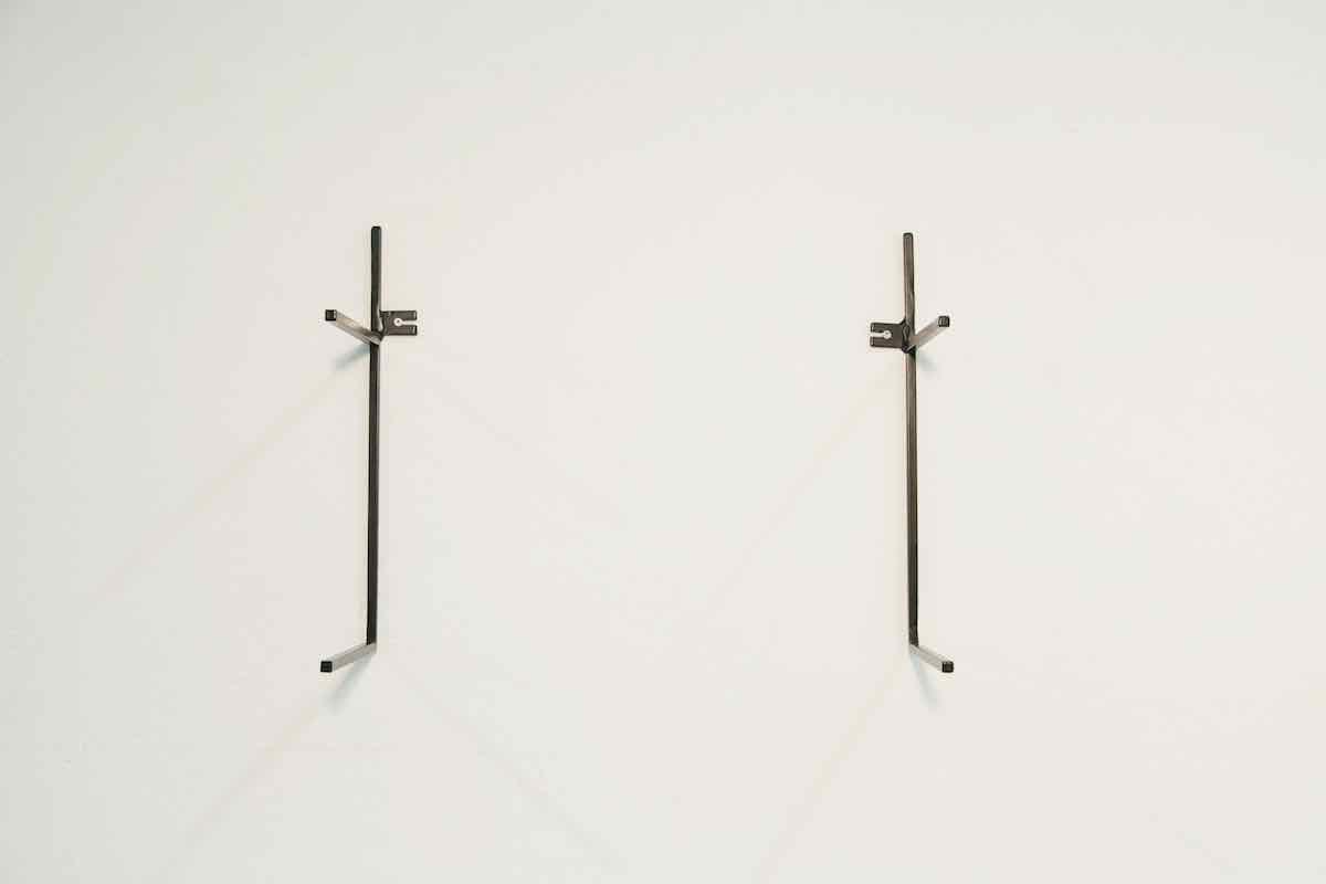 De Mini Wandkast is een minimalistisch en tijdloos design uit de Mogelijkheid Collectie, een samenwerkingsverband tussen ontwerper Don Zweedijk en de beschutte metaalwerkplaats het Maliegilde in Utrecht. De Mini Wandkast bestaat uit twee metalen frames en twee legplanken.