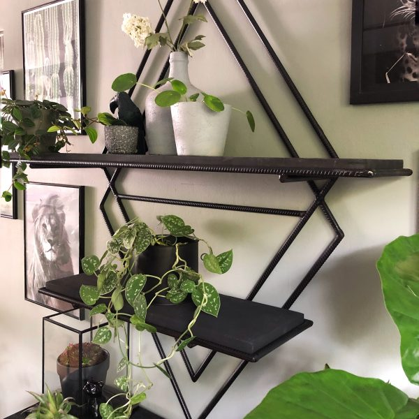 Wandrek metaal aan de muur met planten