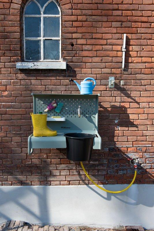 Weltevree Waterworks buiten opruimen kraan en emmer