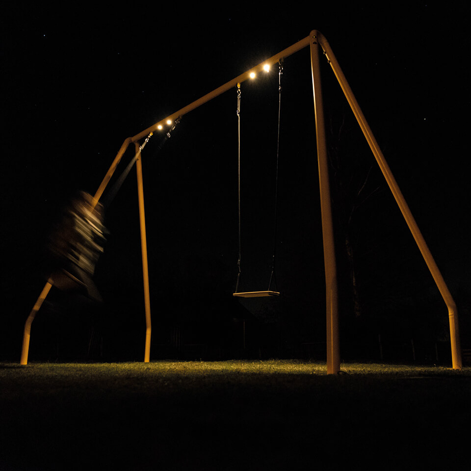 Schommel Serious Swing van Weltevree avond verlichting