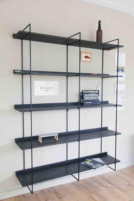 Zwarte WANDKAST mogelijkheid collectie. Zwart eiken planken met mat zwart frame bij Studio Perspective