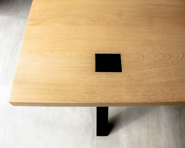 Able Massief Eikenhout is een tafel van Tolhuijs Design met eikenhouten blad en metalen onderstel. Duurzame eet- en werktafel.