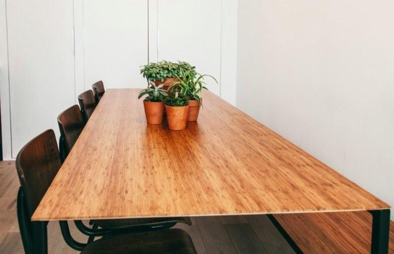 Lloyd uit de Mogelijkheid Collectie is een duurzame houten designtafel met metalen onderstel op maat bij Studio Perspective.