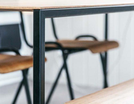Eettafel Lloyd uit de Mogelijkheid Collectie met bamboo houten tafelblad en mat zwart metalen onderstel.