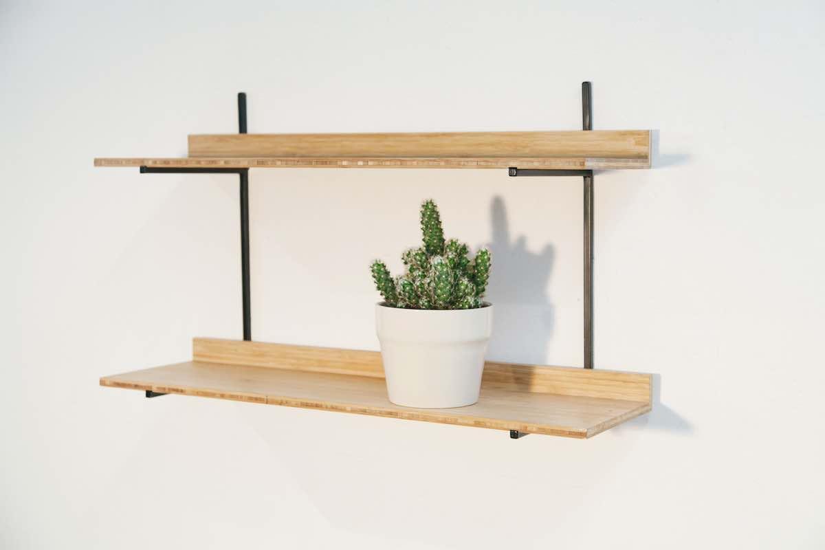 De Mini Wandkast uit de Mogelijkheid Collectie stel je zelf samen en bestaat uit een metalen frame en houten legplanken.