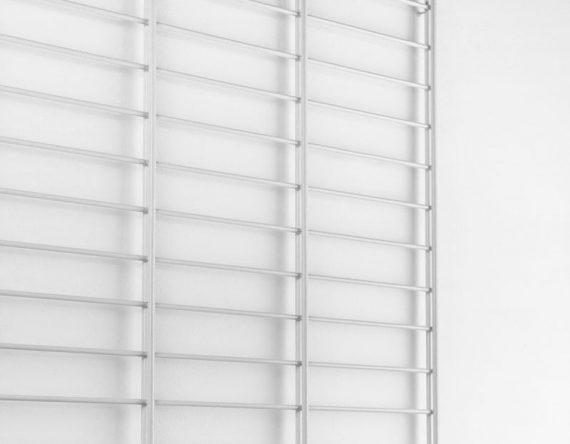 FENCY 80 x 170 mintgroen is een wandrek gemaakt van afval van een hekken fabrikant. Tolhuijs Design geeft dit afval een tweede leven door er een mooi opbergsysteem van te maken.