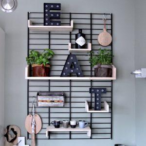 Fency keukenwandrek Tolhuijs met verplaatsbare houten plankjes bij Studio Perspective