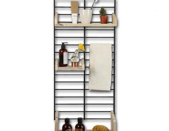 FENCY PAKKET BATHROOM is een kant- en- klaar wandrek, samengesteld door TOLHUIJS DESIGN. PAKKET BATHROOM bevat een metalen frame in kleur naar keuze van 80 x 40 cm, twee middelgrote plankjes maat dubbel en een plankje maat enkel beiden van geperst pallet hout.