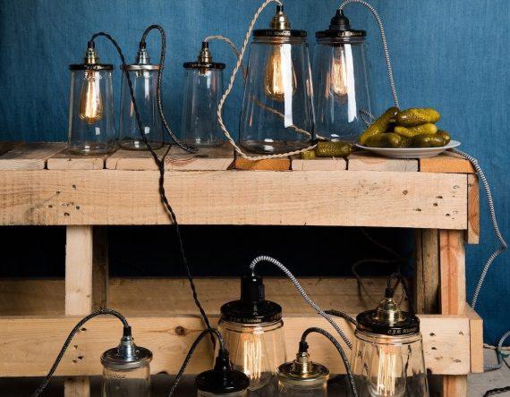 De PickleLight Small is een lamp gemaakt van oude augurkenpotten. Rescued recyclet niet alleen deze Kesbeke pot, maar geeft dit 'afval' een compleet nieuwe bestemming. Deze tafellamp is 16 cm hoog en heeft een zwarte deksel, zwart/wit gekleurd snoer met stekker. Door het lange snoer is het ook mogelijk om deze lamp op te hangen. Stijlvol, mooi en ideaal voor op het nachtkastje, dressoir of in dat donkere hoekje naast de bank.