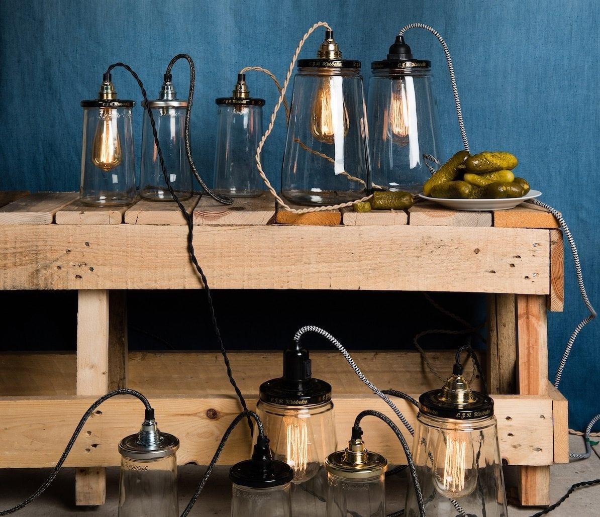 De Pickle Light small van Rescued is gemaakt van een Kesbeke augurkenpot en heeft een grijs gemêleerd draad. Studio Perspective verkoopt verschillende Pickle Lights.