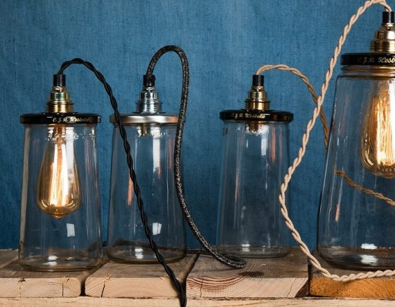 De PickleLight Turned Wire is een tafellamp gemaakt van oude augurkenpotten. Rescued recyclet niet alleen deze Kesbeke pot, maar geeft dit 'afval' een compleet nieuwe bestemming. Tijdloos, stijlvol en het perfecte lampje voor op het nachtkastje of dressoir. Deze lamp is 16 cm hoog en heeft een zwarte deksel met goudkleurige fitting. Je kunt kiezen uit een zand of zwart snoer met stekker. Door het lange gedraaide snoer is het ook mogelijk om het lampje op te hangen.