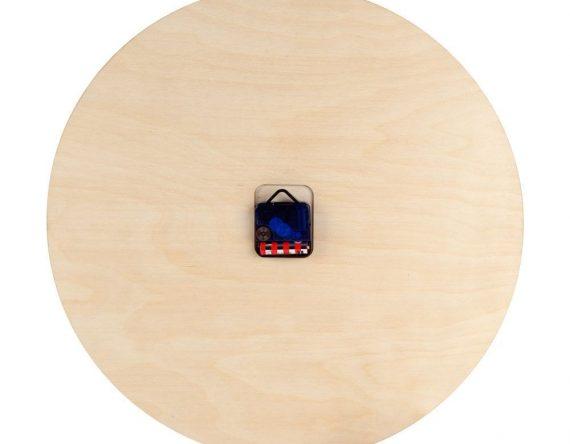 De Mozaïek Klok is opvallend vanwege zijn grootte én kleur. Deze klok is vervaardigd met een lasersnijder: de mozaïek stukjes zijn gesneden uit plexiglas en het uurwerk en wijzers uit berken multiplex. De lasersnijder zorgt voor een unieke zwarte snijlijn, wat een bijzonder afwerking van de randen geeft. Door het grote formaat van Ø 49 cm en de kleurrijke cijfer combinatie is het een echt pronkstuk in het interieur. Je kunt kiezen uit 4 prachtige kleurencombinatie, geïnspireerd op de 4 jaargetijden.