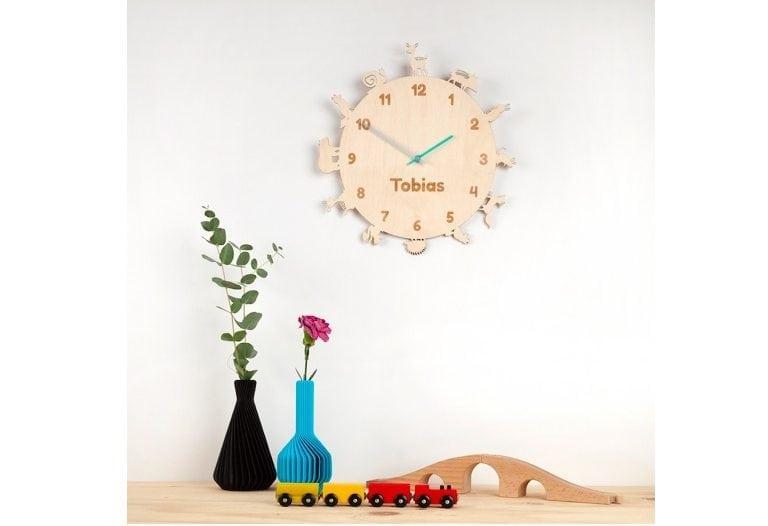 De BeestenbosKlok van CRE8 is een origineel en gepersonaliseerd kraamcadeau. Houten kinderklok met dieren én naam van het kind.