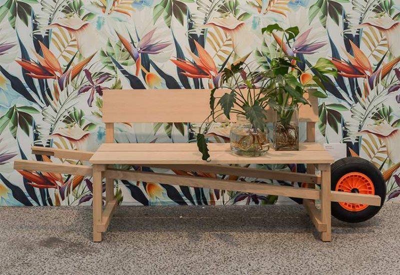 De Wheelbench van ontwerper Rogier Martens is een verrijdbare houten buitenbank met kruiwagenwiel van Weltevree.