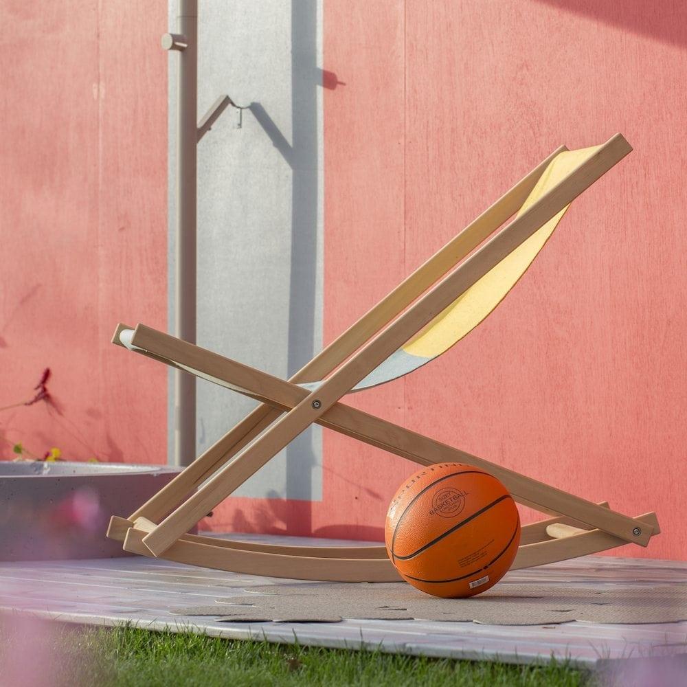 De Beach Rocker van Weltevree is een strandstoel en schommelstoel ineen! Duurzame strandstoel biedt optimaal comfort.