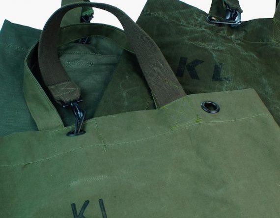 The Army Duffelbag Rescued. Elke tas is uniek. Stoere legergroene army bag. te koop bij Loods5