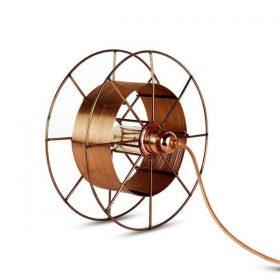 Spool Floor Deluxe is een koperen designlamp van Tolhuijs Design. Duurzame vloerlamp bij Studio Perspective.
