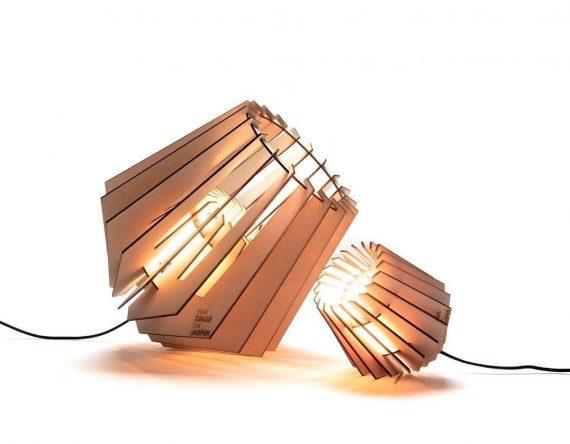 De Mini-spot Van Tjalle en Jasper is een lasergesneden houten lampje en een perfect cadeau voor een housewarming.
