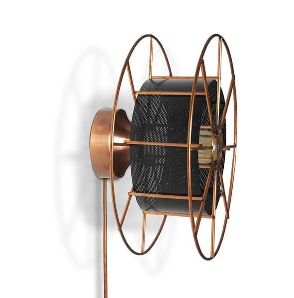 Spool Wall is een koperen wandlamp van Tolhuijs Design. Duurzame industriele lamp van gerecycled materiaal bij Studio Perspective.