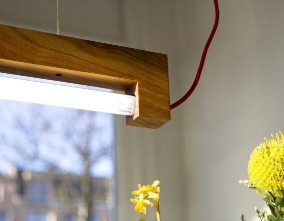 NINEBYFOUR houten TL lamp Waarmakers. Design lamp gemaakt van iepenhout van Amsterdamse bomen. Lamp van stadshout.