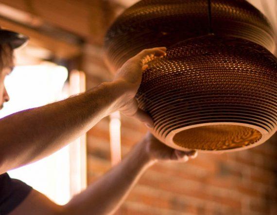 De Scraplight Disc 20 van Graypants is een hanglamp van gerecycled karton. De perfecte lamp voor een duurzaam kantoorinterieur.