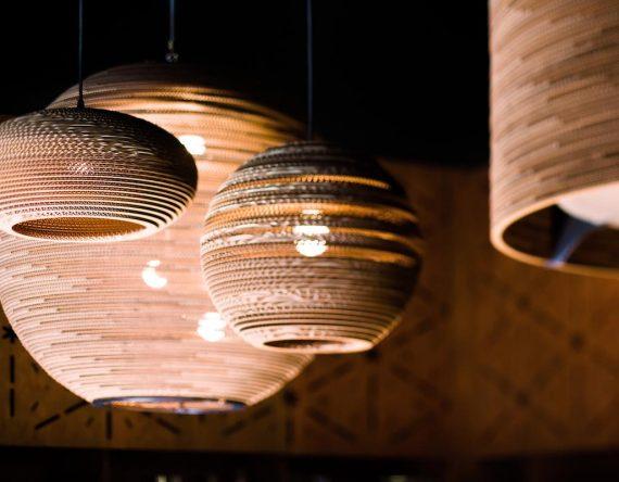 De Scraplight Sun 48 is een lamp van Graypants. Duurzame en handgemaakte Design lamp voor in het bedrijf bij Studio Perspective.