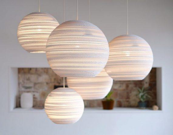 De Scraplight Moon 14 White is een witte hanglamp van Graypants. Duurzame en handgemaakte designlamp bij Studio Perspective.
