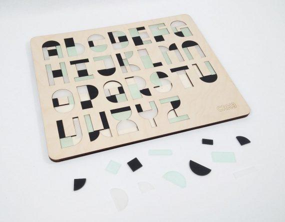 De ABCPUZZEL is een houten kinderpuzzel van CRE8 met de letters van het alfabet.Een origineel cadeau voor iedere kleuter!