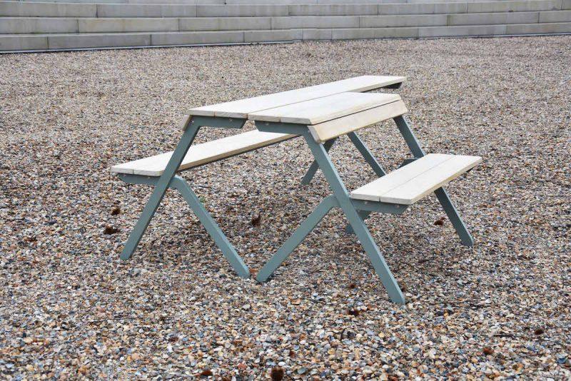 De Tablebench 4-Seater van Weltevree is een multifunctionele tafel, bank én picknicktafel ineen. Ook ideaal als werkplek.