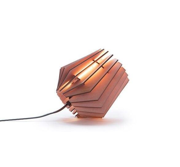 De Mini-spot Aged Pink Van Tjalle en Jasper is een roze gekleurde, lasergesneden houten designlamp bij Studio Perspective.