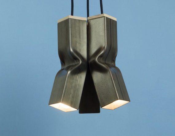 Bendy Raw van Tolhuijs Design is een industriële, metalen hanglamp gemaakt van afval bij Studio Perspective.