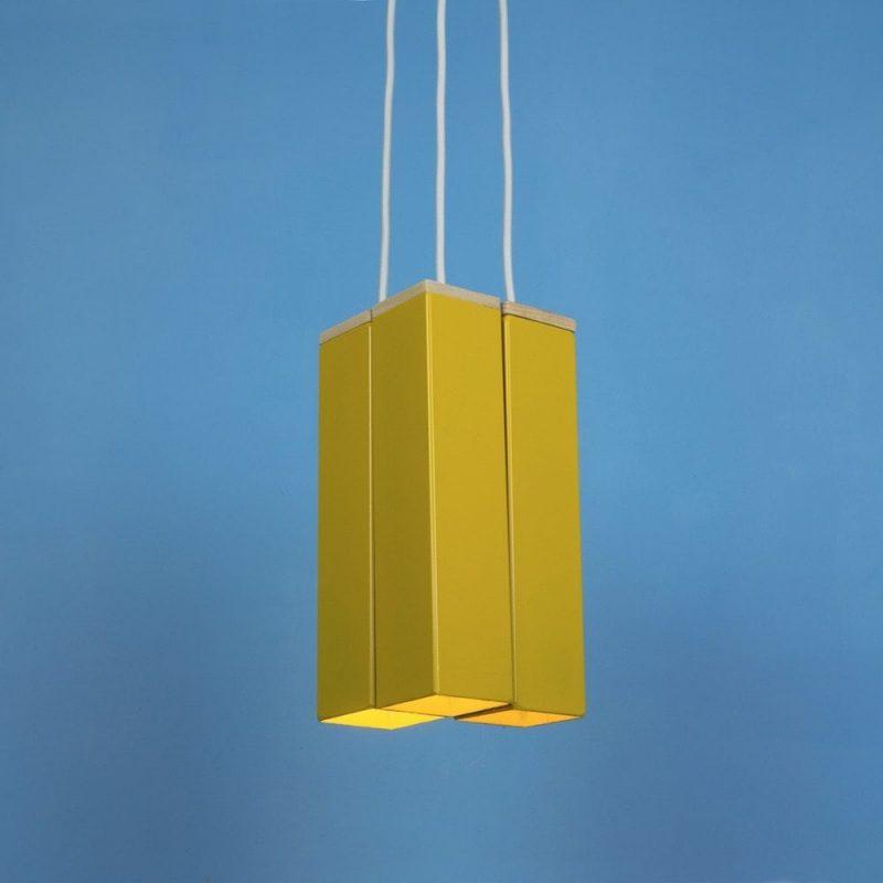 Andy Yellow van Tolhuijs Design is een gele metalen hanglamp gemaakt van afval bij Studio Perspective.