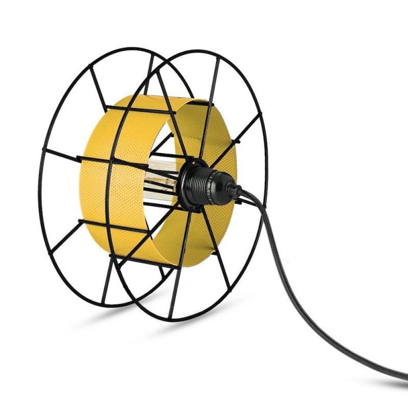 Spool Floor Black van Tolhuijs Design is een zwarte industriële vloerlamp gemaakt van afval bij Studio Perspective.