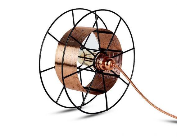 Spool Floor Black Deluxe van Tolhuijs Design is een industriële koperen vloerlamp gemaakt van afval bij Studio Perspective.