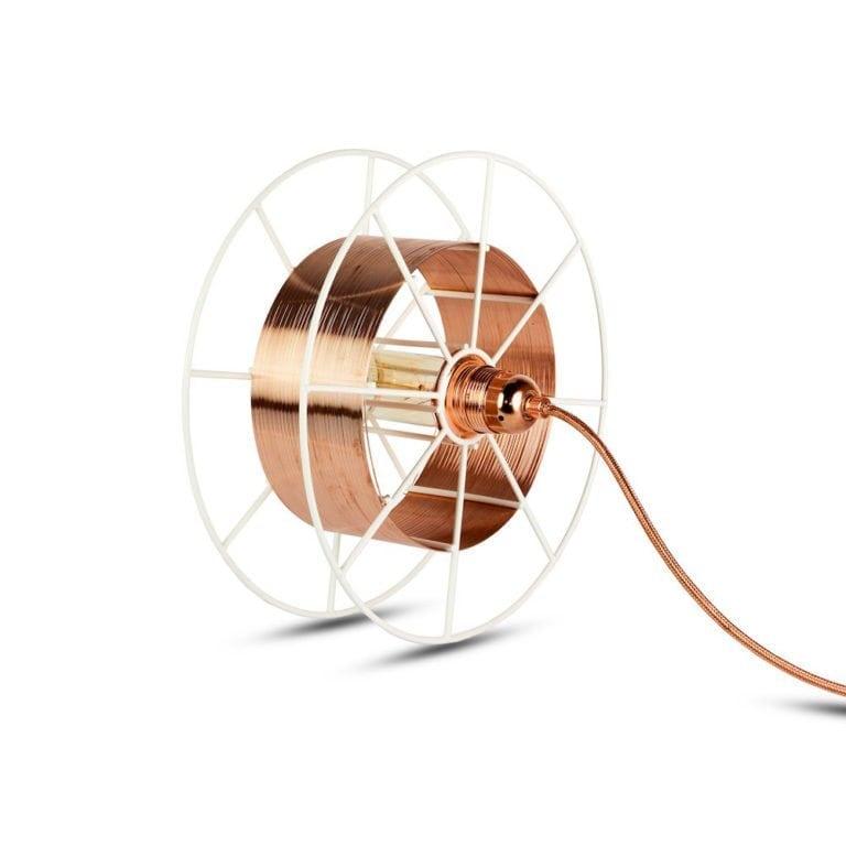 Spool Floor White Deluxe van Tolhuijs Design is een industriële koperen vloerlamp gemaakt van afval bij Studio Perspective.