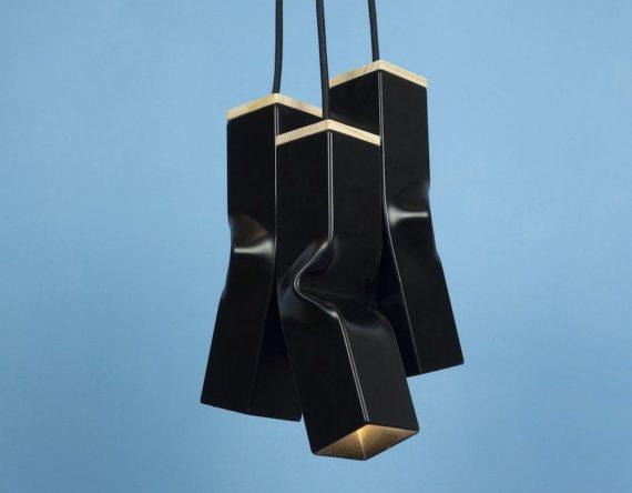 De Bendy Triple van Tolhuijs bestaat uit drie speelse industriële hanglampen gemaakt van afval en is verkrijgbaar in vier kleuren.