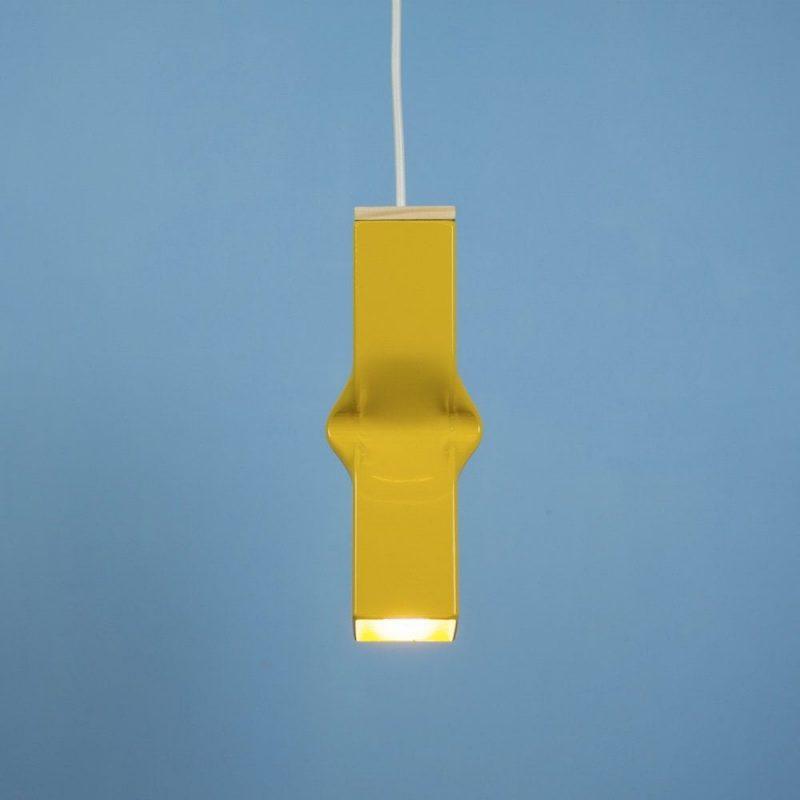 Bendy Yellow van Tolhuijs Design is een gele hanglamp gemaakt van afval.