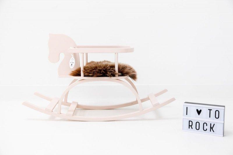 Houten Hobbelpaard Roze is een roze houten hobbelpaard met naam van het kind. Een origineel kraamcadeau bij Studio Perspective.